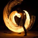Uomo sulla spiaggia con fuoco Fotografia Stock Libera da Diritti