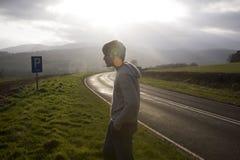 Uomo sulla strada Sunlit Immagini Stock Libere da Diritti