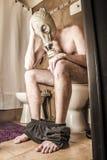 Uomo sulla toilette Fotografie Stock Libere da Diritti