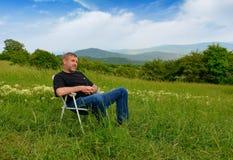 Uomo sulla vacanza in montagne Fotografia Stock