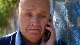 Uomo sulla via che compone un numero di telefono che prova ad iniziare una chiamata del cellulare archivi video
