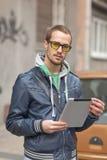 Uomo sulla via con il calcolatore del ridurre in pani Fotografia Stock Libera da Diritti