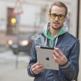 Uomo sulla via con il ridurre in pani di Ipad Fotografie Stock Libere da Diritti