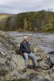 Uomo sulle banche rocciose della campagna rurale del Vermont Immagine Stock Libera da Diritti