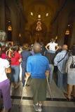 Uomo sulle grucce osservando servizio di domenica cattolico in Catedral de La Habana, Plaza del Catedral, vecchia Avana, Cuba Fotografia Stock Libera da Diritti