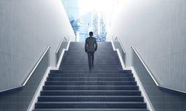 Uomo sulle scale, blu Fotografie Stock Libere da Diritti