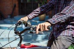 Uomo sulle stampe della bicicletta sul freno Fotografia Stock Libera da Diritti