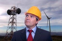 Uomo sulle turbine di energia di Eolic Immagini Stock