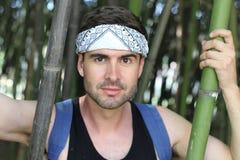 Uomo sveglio in foresta di bambù immagine stock