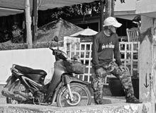 Uomo tailandese con il suo cane fotografia stock libera da diritti
