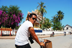 Uomo tailandese del viaggiatore al tempio di Xiengthong in Luang Prabang Fotografia Stock Libera da Diritti