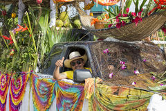 Uomo tailandese durante il festival di luna di colore di Phangan, Tailandia del ritratto Immagine Stock