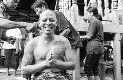 Uomo tailandese durante il ordinati buddista Immagini Stock Libere da Diritti