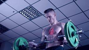 Uomo tatuato che oscilla il suo bicipite con gli ologrammi stock footage