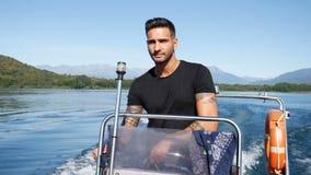 Uomo tatuato di fascino in barca stock footage