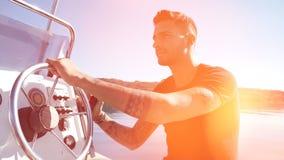 Uomo tatuato di fascino in barca video d archivio