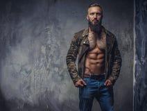 Uomo tatuato modo con la barba fotografia stock libera da diritti