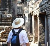Uomo in tempio Cambogia del bayon Immagini Stock Libere da Diritti