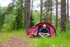 Uomo in tenda Fotografia Stock Libera da Diritti