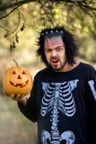 Uomo terribile Zombie umani che tengono una zucca in sue mani Simbolo della festa Halloween fotografia stock libera da diritti