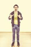 Uomo teso sotto pressione che urla con l'espressione ristretta delle mani Immagini Stock Libere da Diritti
