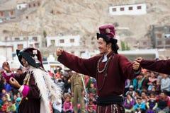 Uomo tibetano che esegue danza popolare. L'India Immagini Stock