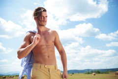 Uomo topless all'aperto con capelli caduti sopra il fronte Immagini Stock Libere da Diritti