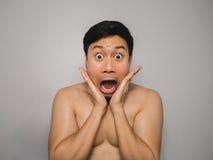 Uomo topless timido Fotografie Stock
