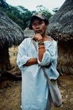 Uomo tribale di kogi davanti alle costruzioni cerimoniali in mezzo al cloudfor fotografia stock libera da diritti