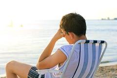 Uomo triste alla spiaggia fotografia stock libera da diritti