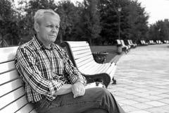 Uomo triste anziano in un parco Fotografie Stock Libere da Diritti