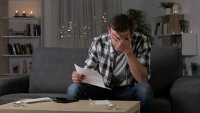 Uomo triste che protesta leggendo una lettera a casa archivi video