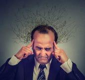 Uomo triste con la prova di pensiero sollecitata preoccupata di espressione del fronte di concentrarsi Fotografie Stock