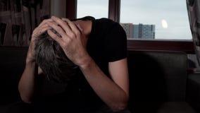 Uomo triste disperato davanti ad una finestra video d archivio