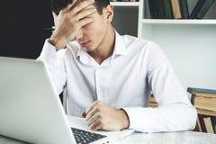 Uomo triste in ufficio fotografia stock libera da diritti