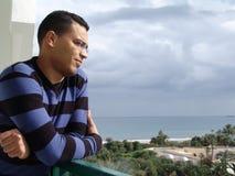 Uomo tunisino che guarda l'oceano Fotografia Stock