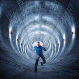 Uomo in tunnel Fotografia Stock Libera da Diritti