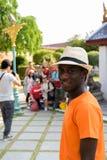Uomo turistico del giovane africano nero che visita tempio buddista a Bangkok fotografia stock