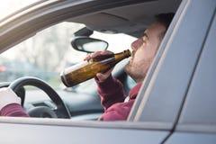 Uomo ubriaco che conducono automobile e cadere addormentata Fotografia Stock Libera da Diritti