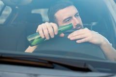 Uomo ubriaco che conducono automobile e cadere addormentata Fotografia Stock