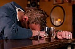 Uomo ubriaco che ha avuto uno troppi alla barra Immagini Stock Libere da Diritti