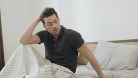 Uomo ubriaco che prova a ricordare notte del partito Uomo sonnolento che sveglia nella camera da letto video d archivio