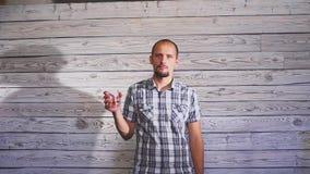 Uomo ubriaco che ritiene cattivo I singhiozzi, hanno bevuto troppo video d archivio