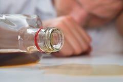 Uomo ubriaco con una bottiglia di liquore immagini stock libere da diritti