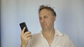 Uomo ubriaco dopo un partito che parla sul telefono Non si ricorda che cosa è accaduto ieri e ritiene molto cattivo archivi video
