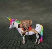 Uomo ubriaco sull'unicorno immagine stock