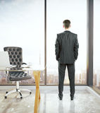 Uomo in ufficio che guarda fuori finestra Immagini Stock Libere da Diritti