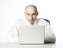 Uomo in ufficio con il computer portatile Fotografia Stock Libera da Diritti