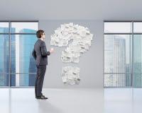 Uomo in ufficio e nel punto interrogativo Immagine Stock Libera da Diritti