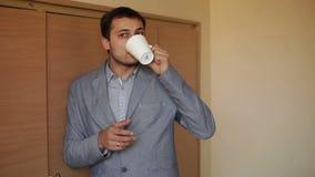 Uomo in ufficio - una rottura con una tazza archivi video